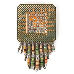 Брошь «Квадрат с радиодеталями»